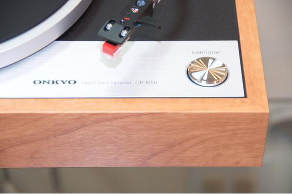 Новый проигрыватель виниловых пластинок с ретро-дизайном - Onkyo CP-1050