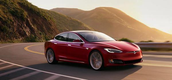 В августе Tesla начнет тестировать автопилоты в своих электромобилях