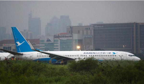 У китайского самолета при посадке отвалился двигатель