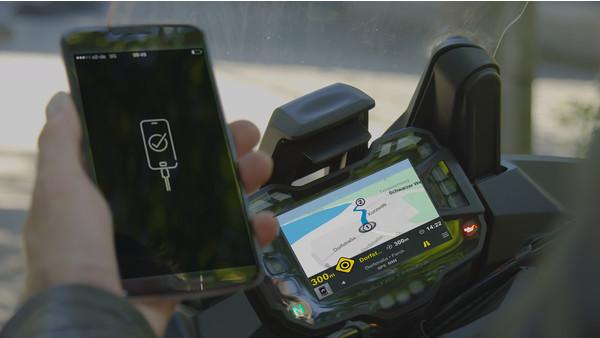 Каждый третий мотоциклист пользуется смартфоном при движении