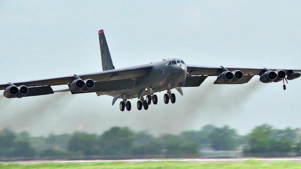 США перебросили на передовую базу Ферфорд бомбардировщик B-52H Stratofortress