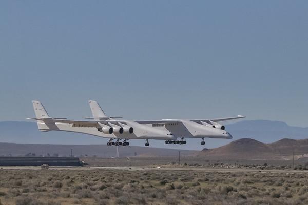 Самый большой в мире самолёт Stratolaunch model 351 совершил свой первый полёт