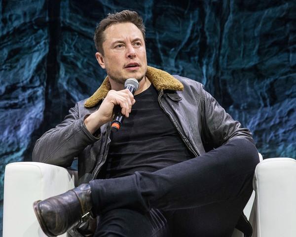 Илону Маску предложили отправить пикап в космос на ракетоносителе Falcon Heavy