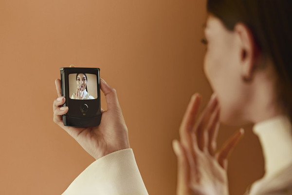 В Украине начался предзаказ на смартфон с гибким экраном motorola razr