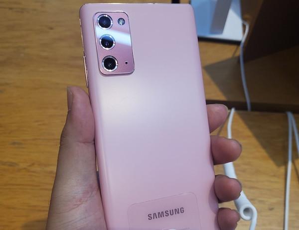 Не представленные версии Samsung Galaxy Note20 показались на живых фото
