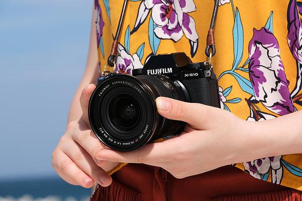 Fujifilm представляет цифровую беззеркальную камеру X-S10