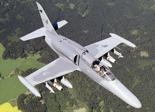 В Чехии у боевого самолета в воздухе отвалилась часть крыши