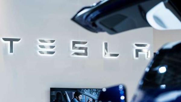 Акции Tesla сильно переоценены и компания затягивает с внедрением автопилота